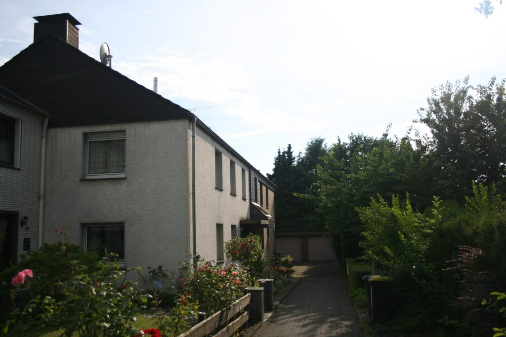 Zugangsweg zum Haus - Blickrichtung von der Strasse / access path to the house view from the street
